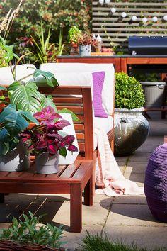 IKEA Deutschland | Platz im Freien, egal, wie groß er auch sein mag, ist Gold wert. Hier kannst du Frieden finden und deine Akkus aufladen. Es lohnt sich also, aus deiner Terrasse einen kuscheligen Aufenthaltsort zu machen. #IKEA #Terrasse #gestalten #Balkon #modern #gemütlich #Gartenmöbel #Garten #Balkon #outdoor #draußen #scandi #skandi #scandinavian #interior #interieur #design #Sommer #summer Outdoor Furniture Sets, Outdoor Decor, Modern, Design, Home Decor, Outdoor Cafe, Soft Light, Ikea Products, Sitting Area