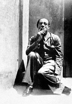 Mário de Andrade na porta de sua casa, na Barra Funda, na década de 1930