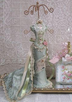 Jewerly stand diy shabby chic ideas for 2019 Shabby Chic Blog, Estilo Shabby Chic, Romantic Shabby Chic, Shabby Chic Homes, Shabby Chic Decor, Raindrops And Roses, Chabby Chic, Displays, Boudoir
