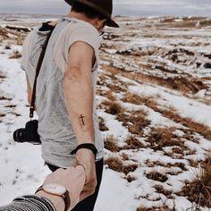 Chico con tatuaje de cruz