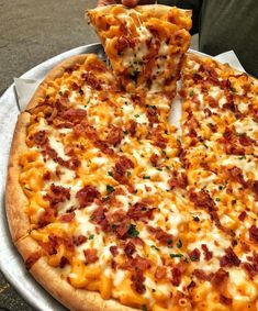 Bacon Mac and cheese pizza Yay or Nay? I Love Food, Good Food, Yummy Food, Comida Pizza, Mac And Cheese Pizza, Junk Food Snacks, World's Best Food, Weird Food, Food Goals