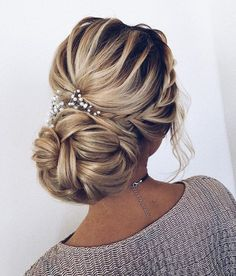 Finding just the right wedding hair for your wedding day is no small task but we're about to make things a little bit easier.From soft and romantic, to classic with modern twist these romantic wedding hairstyles with gorgeous details will inspire you,messy updo wedding hairstyle. #weddinghairstyles