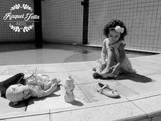 Mágico demais presenciar e registrar momentos transbordando ternura como este, uma boneca brincando de boneca!! #fofura #fofurinha #princesinha #laço #fotografia #infantil #paraSempre #ensaio #momentos #paraSempre #piscina #olheOSapatinhoDela #babei #photooftheday #children #family #girl #photo #amorzinho @raqueljotta