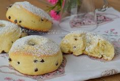 Donut with ricotta and chocolate chips Love Eat, Love Food, Baking Recipes, Dessert Recipes, Delicious Desserts, Yummy Food, Ricotta, Sweet Cakes, Sweet Bread