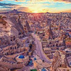 Tam bir kartpostal   Kapadokya Göreme'de günbatımı...  Burada beraber olmak istediğiniz arkadaşlarınızı etiketleyin. Kalmak istediğiniz yer için bize yazın, size indirim alalım☺✌ www.kucukoteller.com.tr/kapadokya-otelleri.html Fotoğraf: @izkiz   #kapadokya #urgup #goremeuchisar #travel #traveling
