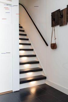 De trend van dit jaar! Ga voor een piano effect met een zwarte witte trap!  Decor: Raja Black Stootborden: wit LED-verlichting: warm Piano Stairs, Stair Renovation, Staircase Makeover, Stair Decor, Ranch Style Homes, Interior Stairs, House Stairs, Home Upgrades, Architect Design