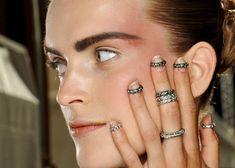 Desde o ano passado, os anéis de falange vem fazendo muito sucesso entre os fashionistas de plantão. A moda começou com a grife Chanel quando esta trouxe para as passarelas, durante os desfilesda …
