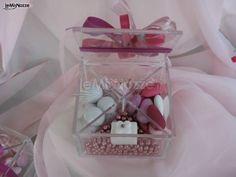 http://www.lemienozze.it/operatori-matrimonio/bomboniere/confetti-bomboniere-matrimonio-milano/media Scatola in plexiglass con confetti come bomboniera matrimonio