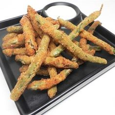 Deep fried green beans by Soup Loving Nicole Green Bean Recipes, Vegetable Recipes, Vegetable Sides, Deep Fried Green Beans, Veg Dishes, Side Dishes, Fried Beans, How To Cook Beans, Thanksgiving Appetizers