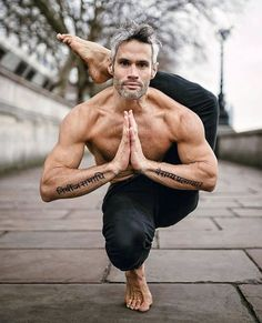 Yoga is a sort of exercise. Yoga assists one with controlling various aspects of the body and mind. Yoga helps you to take control of your Central Nervous System Yoga Handstand, Asana Yoga, Iyengar Yoga, Vinyasa Yoga, Yoga Inspiration, Fitness Inspiration, Yoga Poses For Men, Yoga For Men, Yoga Man
