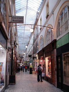 Vue du passage Choiseul, dans le 2e arrondissement, mettant en évidence l'architecture caractéristique des passages couverts du XIXe siècle. https://fr.wikipedia.org/wiki/Passages_couverts_de_Paris