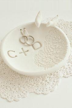 Saiba como fazer um lindo porta aliança usando argila branca. Acompanhe o passo a passo e veja como é simples o preparo.