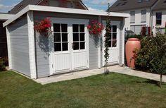 Rote Blumen auf grau-weißen Untergrund: besser hätten wir das Gartenhaus Maria-28 auch nicht in Szene setzen können.