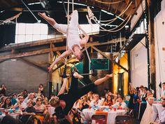Acrobatic performance at wedding reception eller noe annet overraskende - kanskje en sang holder?