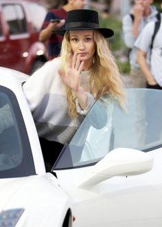 Iggy Azalea getting out of her car!