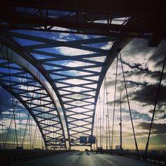 De karakteristieke Brienenoord brug in Rotterdam