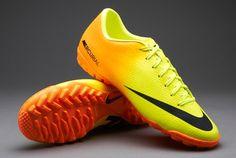 Nike Mercurial Victory IV TF - Volt/Noir/Citron Laisse les désenseurs derrière toi avec cette chaussure de foot Nike Mercurial Victory IV. Fabriquée avec un cuir synthétique léger capable d'améliorer ta vitesse et améliorer ton controle de balle. 55,99 euros