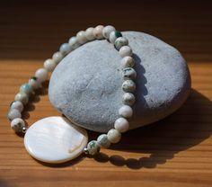 Mon 1er bracelet en pierre naturelle !  L'agate à un effet calmant et apaisant j'ai rajouté deux perles en argent ainsi qu'une perle plate en nacre. 🌸🌼🌼🌸#bracelet #accessories #agate #agatearbre #perles #argent #nacre #beads #blanc #white #vert #green #zen #bienetre #chakra #reiki #jenfiledesperlesetjassume #perleuse #perlesaddict #jenfiledesperles #doityourself #dye #photochallenge #photooftheday