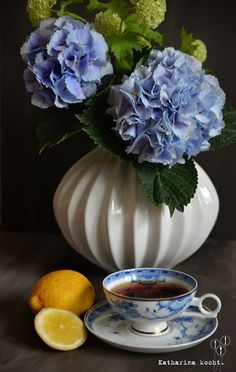 Tea Time blaue Hortensien und Schneeball in weißer Vase, blaue Teetasse Sammeltasse mit Schwarztee, Zitrone |katharinakocht.com