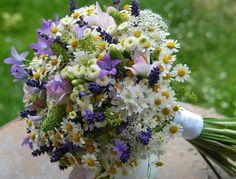 Svatební kytice luční do fialova