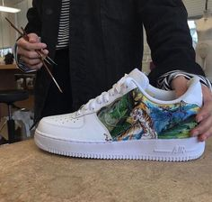 Painting on white sneakers Nike Shoes, Sneakers Nike, Air Force Sneakers, Painted Shoes, Painted Vans, Painted Clothes, Shoe Art, Looks Cool, Custom Shoes