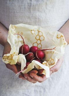 Oct 8, 2018 - Bees Wrap®: The natural alternative to plastic wrap for food storage. Keep food fresher longer with our reusable, compostable food wraps! Plastic Wrap For Food, Reusable Food Wrap, Bees Wax Wraps, Bees Wrap, Sustainable Food, Sustainable Fashion, Beeswax Food Wrap, Picnic Bag, Natural Living