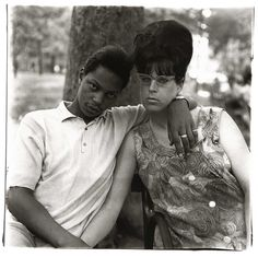 Diane Arbus, A young man and his pregnant wife in Washington Square Park, N.Y.C. 1965.jpg (JPEG-Grafik, 1024 × 1020 Pixel)