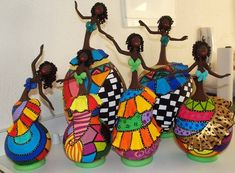 CALABAZAS Y CLAY                                                                                                                                                                                 Más Bottle Art, Bottle Painting, Bottle Crafts, Decorative Gourds, Hand Painted Gourds, Paper Dolls, Art Dolls, Paper Mache Projects, African Paintings