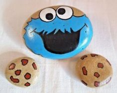 Hand painted cookie Monster with two pebble cookies. Painted Rock Animals, Painted Rocks Craft, Hand Painted Rocks, Painted Pebbles, Painted Stones, Paint On Rocks, Decorated Stones, Rock Painting Patterns, Rock Painting Ideas Easy