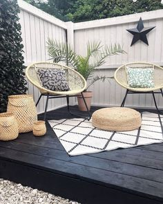 Black decking, white fence, rattan furniture and monochrome rug in the corner of this garden Backyard Seating, Backyard Patio Designs, Backyard Projects, Seating Area In Garden, White Garden Fence, White Fence, Rattan Garden Furniture, Outdoor Furniture Sets, Outdoor Decor