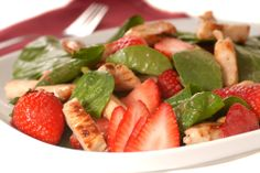 Ensalada fresca con fresa y pollo