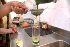Aprenda a fazer o suco verde de cenoura e espinafre