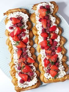 Wales rod with strawberries - delicious & light recipe Just Desserts, Delicious Desserts, Yummy Food, Cake Recipes, Dessert Recipes, Food Experiments, Danish Food, Cakes And More, Yummy Cakes