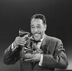 Yo vivo con la música .   Duke Ellington (compositor, director de orquesta y pianista estadounidense de jazz) (29 de abril de 1899- 24 de mayo de 1974)