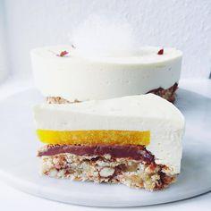NYTÅRSKAGEN består af en mandel-marcipan fragilitébund, trøffelcreme med nougat, passionsfrugt-appelsin gele, hvid chokolade og brændt marengs.