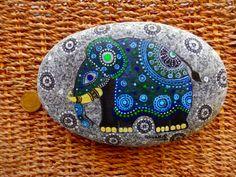 Jai peindre et dessiner toutes mes créations originales à la main avec petites brosses à peinture acrylique. Les pierres peintes peuvent être utilisé