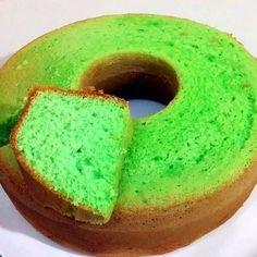 Pandan cake (sponscake) is een groene cake met de smaak van pandan. Er zitten veel eieren in, waardoor de textuur sponsachtig wordt.