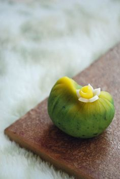 茶巾絞りは一番簡単な和菓子の仕上げ方の一つ。 絞り布巾一枚あれば出来てしまうので何よりお手軽です。 でも、その絞り方・手法は何十通りもあり ...