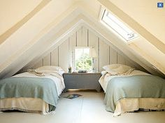 sleeping in a room with a low roof Noe sånt for loftstuen, bare med sovesofa i stedet for senger
