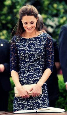 love the navy lace. Kate Middleton = my style icon Look Fashion, Fashion Beauty, Girl Fashion, Style Kate Middleton, Princesa Kate Middleton, Estilo Real, Boutique Fashion, Navy Lace, Blue Lace
