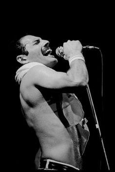 Freddie Mercury - What a legend!  Queen Live Aid - Part 1
