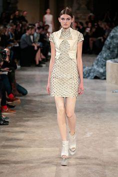 A inspiração de Iris van Herpen pra primavera-verão 2016 de seu prêt-à-porter, desfilado na Semana de Moda de Paris, são as pontes feitas de árvores vivas na Índia.