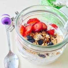 """Доброе утро!))) на завтрак: вот такая красивая """"овсянка в банке"""". Что может быть проще?) залить вечером овсянку (чем хотите:кефир, йогурт, кокосовое молоко), добавить ваши любимые ягоды/фрукты/сухофрукты, я кладу ещё семена льна/чиа/кунжут по 1 ч.л. На утро сытный завтрак готовможно и взрослым и деткам. Баночки такие продаются в IKEA. Себе беру большую, Даниэле маленькую. #natalirecept_завтрак #natalirecept"""