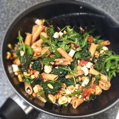 Volkorenpasta, bladspinazie, rucola, kip blokjes met kipkruiden, feta blokjes, pijnboompitten, zongedroogde tomaten & balsamico azijn! Dit recept komt van iemand uit de BodieBoost Community, ik vervang de kip door quorn en klaar is Klara! Lijkt me heerlijk! Healthy Pasta Recipes, Vegetarian Recipes, Food Vans, Good Food, Yummy Food, Food Porn, Food And Drink, Tasty, Lunch