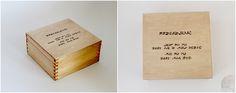 """""""Przeszłość jest po to, żeby się z niej uczyć, nie po to, żeby nią żyć.""""  Pudełko drewniane bejcowane kolorem """"dąb jasny"""" i zabezpieczone lakierem bezbarwnym.   Może być miłym i """"motywującym"""" prezentem dla Waszych bliskich i przyjaciół.   Wykonane z drewna sosnowego o wymiarach (dł/szer/wys) 16x16x7,7 cm z ręcznie wypaloną sentencją.  Wiele innych drewnianych pudełek na: https://motto-studio.pl/pl/c/pudelka-drewniane/27"""