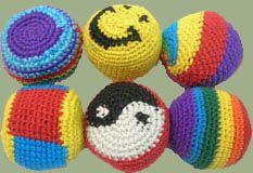 """Hacky Sacks können sehr schön und individuell gestaltet werden. Suche dir für die Wolle (oder für das """"schnelle Footbag"""" bei dem Muster der Socken) Farben aus, die dir gefallen und fertige dein eigenes Footbag an."""