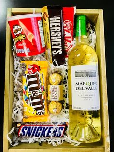 Zánte Gift Box Alcohol Gift Baskets, Candy Gift Baskets, Christmas Gift Baskets, Candy Gifts, Christmas Gift Wrapping, Candy Bouquet Diy, Food Bouquet, Creative Gift Wrapping, Creative Gifts
