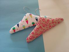 Baby Crafts, Diy And Crafts, Arts And Crafts, Coat Hanger, Clothes Hanger, Cheap Presents, Sewing Projects, Projects To Try, Padded Hangers