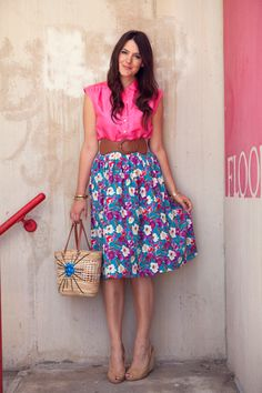 love the bright pink shirt and floral skirt combo, also the wide brown belt and straw bag=awesome!