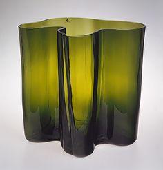 ALVAR AALTO - 'Savoy' glass vase for Iittala Finland. - Glass blown into a wooden mold. Glass Design, Design Art, Interior Design History, Hyper Realistic Paintings, Alvar Aalto, Tall Vases, Metropolitan Museum, Art History, Decoration